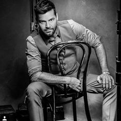Ricky Martin Pitbull, Puerto Rican Singers, Husband Best Friend, Pop Musicians, Miguel Bose, Latino Men, Rick Y, Male Poses, Film Music Books