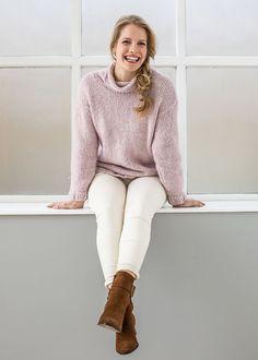 Anleitung - Mit seinem kontrastfarbigen Kern verleiht das winterweiche Garn #Cosy Wool gerade glatt rechts Gestricktem einen besonders schönen, lässigen #Look. Damit passt es geradezu perfekt zu diesem leicht oversized geschnittenen #Pullover mit halsfernem #Rollkragen. Dieser Pulli ein echter Allrounder, der sich auch prima als Einsteigerprojekt eignet.  #proud2craft #pattern #design #stricken #knitting Raglan Pullover, Easy Knitting, Stockinette, Casual Looks, White Jeans, Pattern Design, Turtle Neck, Wool, Sweaters