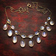872 отметок «Нравится», 2 комментариев — Butter Lane Antiques (@_butterlaneantiques) в Instagram: «Sold.........An elegant blue #moonstone #festoon #necklace, set with 18 individual cabochon stones…»