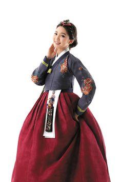 한복 hanbok korean traditional clothing brides hanbok in 2019 Korean Fashion Trends, Korean Street Fashion, Korea Fashion, Japan Fashion, Fashion Styles, Fashion Ideas, Korean Hanbok, Korean Dress, Korean Outfits