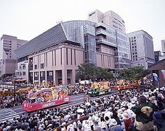 [HAKATA DONTAKU]  The origin of a word of DOTAKU is Dutch ZONDAG. Dutch meaning Sunday.  It is not a festival of a temples-and-shrines Buddhist temple, and is a few people's festival. The No.1 festival of Japan that is proud of 300,000 people's number of mobilization.  博多どんたくの語源はオランダ語のZONTAGで、日曜日の意味である。  30万人の集客数を誇る日本一の祭りで、寺社仏閣などの祭りでは無い、博多商人の祭りである。