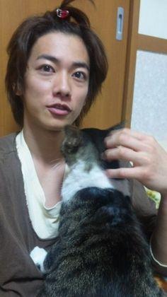 Takeru Sato with cat