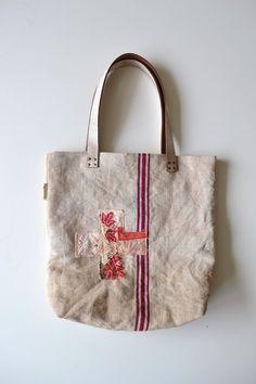 schoudertas gemaakt van een vintage stuk graanzak - pruim rode accenten op Etsy, 88,00€