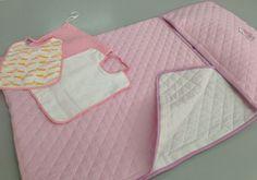 Set #bimba #asilo in puro #cotone con bordo di qualità Bottaro finemente confezionato.  Composto da: - Sacco nanna asilo  - Bavaglino - Sacchetto - Cuscino per sacco