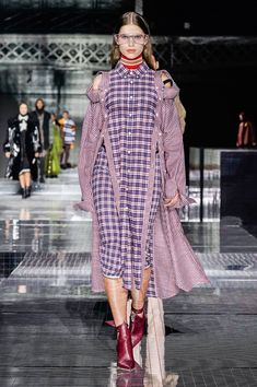 Burberry Fall 2020 Ready-to-Wear Fashion Show Collection: See the complete Burberry Fall 2020 Ready-to-Wear collection. Look 80 Plaid Fashion, High Fashion, Women's Fashion, Clothes Encounters, Victoria Secret Fashion, Victoria Dress, Fashion Show Collection, Street Chic, Street Style