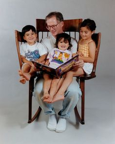 Dad builds triple rocking chair so he could read to his 3 kids. 3 Kids, Three Kids, Super Papa, Cool Inventions, New Gadgets, Oversized Chair, Story Time, Chair Design, Design Design