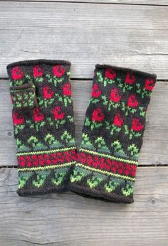 Fingerless gloves - i <3 the pattern on them, maybe recreating them but as mittens