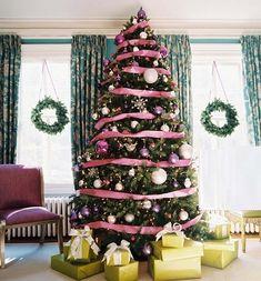 Albero di Natale con nastri rosa
