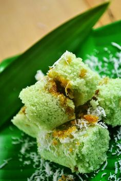 Kue Putu - Indonesian Steamed Rice Cake Filled with Palm Sugar and Grated Coconut Indonesian Food Traditional, Traditional Cakes, Indonesian Desserts, Indonesian Cuisine, Indonesian Recipes, Malaysian Dessert, Malaysian Food, Malaysian Recipes, Asian Snacks