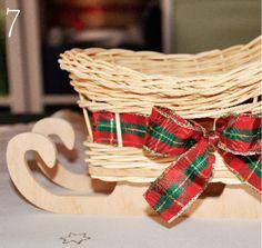 Zvyšné prúty ostriháme, upravíme mašľu a krásna dekorácia či darček je hotový. Wicker Baskets, Ale, Home Decor, Homemade Home Decor, Ale Beer, Ales, Decoration Home, Woven Baskets, Interior Decorating