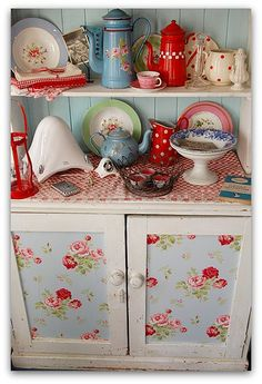 Love this!  Use this idea to fabric my old frig door?