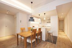 Zona de día con cocina abierta al salón y comedor | Sincro #interiordesign #interior #interiordesignideas #interiordeco #pisos #refomas #interiorismo