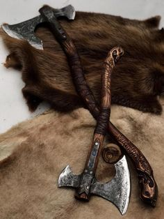 The Viking axe must be among few symbols that can honor the long gone tradition of the Vikings. Because of the close connection with the Vikings, the Viking axe carries within itself the Viking traditional culture. Escudo Viking, Armas Ninja, Viking Designs, Metal Welding, Welding Table, Welding Cart, Viking Axe, Viking Sword, Battle Axe