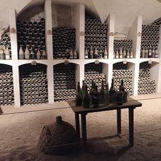 Ô Mon Château !   Les cuisines d'Antonin Carême au château de Valençay....  Aujourd'hui, les cuisines constituent deux salles ouvertes à la visite. Nous pouvons également contempler une très belle cave à vin. Mais l'inventaire de 1815 mentionne : une cuisine, un lavoir, un garde manger, deux pâtisseries, une salle de bain, un office avec lavoir attenant et une salle à manger pour les domestiques. ....la cave