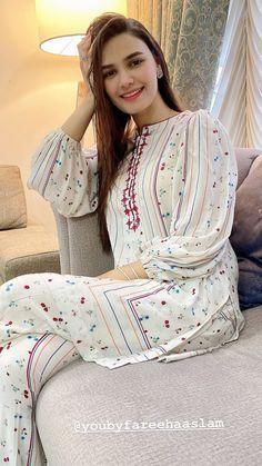 Simple Pakistani Dresses, Pakistani Fashion Casual, Pakistani Dress Design, Kurti Sleeves Design, Sleeves Designs For Dresses, Fancy Dress Design, Stylish Dress Designs, Indian Designer Outfits, Designer Dresses