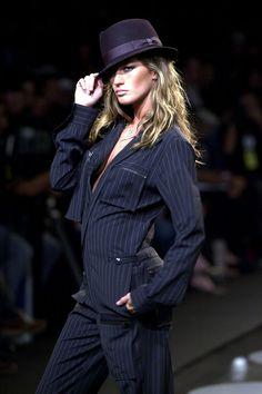 Gisele causou na passarela de Ricardo Almeida no outono-inverno 2003 - ela era a única mulher do desfile!