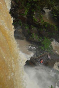 Mirando la caída de una de las Cataratas. de arriba hacia abajo y viceversa