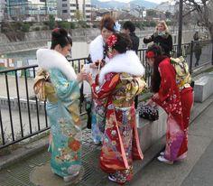 Meisjes in feestelijke kimono's Kyoto op Seijin no hi (meerderjarigheidsdag). Iedereen van 20 jaar wordt op de tweede maandag van januari volwassen! En ze gaan er helemaal aan die avond.