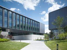Huawei Technological Factory Buildings, por GMP Architekten  El desarrollo, con una superficie total de 85.000 m² y una distribución similar a la del campus, proporciona un ambiente de trabajo que se beneficia de la estrecha relación con el paisaje circundante.
