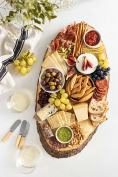 Charcuterie Recipes, Charcuterie And Cheese Board, Party Food Platters, Cheese Platters, Brunch Party, Snacks Für Party, Appetisers, Wine Recipes, Food Inspiration