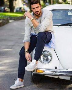 forget the car, i cant take my eyes off from this man!!!