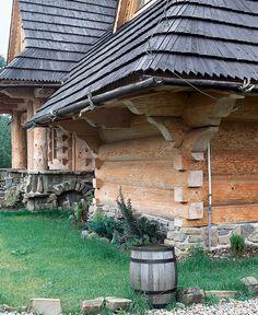 В настоящее время крыши домов, проектируемых в стиле, характерном дляКарпат, могут иметь очень широкие карнизные свесы