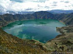 """Vulcão Quilotoa (Equador) - Localizada na região apelidada de """"Avenida dos Vulcões"""", por conta da quantidade de crateras vulcânicas, o Quilotoa tem uma das paisagens mais belas e exóticas do Equador. Ao invés de fogo, sua principal cratera possui águas cristalinas, que formam um grandioso lago de aproximadamente três quilômetros de diâmetro. O local tem boas trilhas, mirantes e fácil acesso a partir da capital, Quito"""