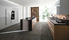 carrelage gris à grand format dans la cuisine avec un îlot central en bois et des armoires avec façade blanche