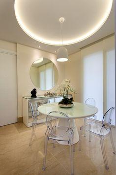 Mesa redonda, cadeiras de Acrílico, Louis Ghost, Espelho, Pequena