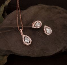 Diamonds speaks louder than words💎 Check out this amazing Pendant Set at the Diamond Mela Store today ! SKU#DM001PDFS0154 #DM001PEFS0154 #pendantset #diamond #diamondjewellery #igicertified #diamondmela