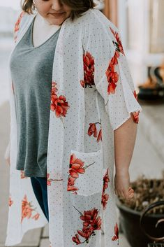 White and peach kimono. What to wear to work. Summer Kimono, Long Kimono, Kimono Top, Kimono Cardigan, Floral Kimono, Stylish Clothes, Pretty And Cute, Maternity Wear, Ivy