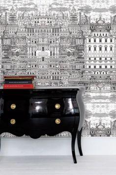 Klassisches Möbel und Tapete Riflesso aus der Fornasetti Collection von Cole & Son. #britisch #design #büro #lack #schwarz
