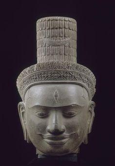 Tête de Shiva. Phnom Bok (province de Siem Reap). Style du Bakheng, fin du IXe-début du Xe siècle, grès. Paris, Musée Guimet.