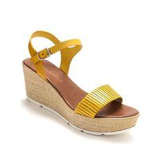 1993de020f51 Elles appellent au confort ces sandales à la semelle compensée et  plateforme devant. Dessus