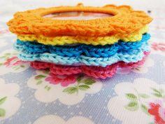 Leuk moederdag cadeautje of natuurlijk gewoon voor jezelf.         Gehaakte fotolijstjes.     Benodigdheden:   metalen armbanden (ik heb z...