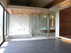 海外のリゾートホテルの様なガラス張りのバスルーム