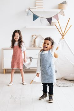 Unleash your child's creativity with this linen apron for kids. Soft, handmade from pure linen. Various colors, years Toddler Apron, Toddler Boys, Photo Bleu, Unisex Looks, Beige Bed Linen, Bib Apron, Aprons, Linen Apron, Baby Towel
