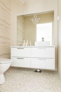Hartman Koti Ankkuri 14A. Lattiassa Jokikivi-mosaiikki valkoinen, seinässä Tobago pearl M25x75. #pukkilalaatat #pukkila Koti, Double Vanity, Toilet, Bathroom, Washroom, Flush Toilet, Full Bath, Toilets, Bath