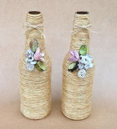 icu ~ Pin on boteñas decoradas ~ This Pin was discovered by Damaris Farrier. Glass Bottle Crafts, Wine Bottle Art, Diy Bottle, Bottle Vase, Yarn Bottles, Bottles And Jars, Glass Bottles, Wrapped Wine Bottles, Recycled Wine Bottles