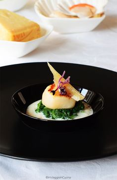 """In viaggio in cucina: Capasanta """"burrata"""" in nido di spinaci novelli e scaglia di Parmigiano Reggiano"""