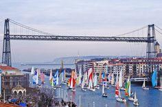 Puente Colgante – Bilbao. L'ingegnere Alberto Palacio, allievo di Gustave Eiffel, nel 1893 ha costruito il ponte di Vizcaya di Bilbao, dichiarato Patrimonio dell'Umanità dall'Unesco. Il ponte trasportatore, chiamato Puente Colgante, collega Portugalete a Las Arena ed è lungo 164 metri.