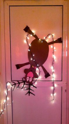 Νηπιαγωγός από τα πέντε...: ΧΡΙΣΤΟΥΓΕΝΝΙΑΤΙΚΗ ΔΙΑΚΟΣΜΗΣΗ ΓΙΑ ΤΗΝ ΠΟΡΤΑ ΤΗΣ ΤΑΞΗΣ ΣΑΣ-ΙΔΕΕΣ ΑΠΟ ΤΟ ΔΙΑΔΙΚΤΥΟ Table Lamp, Blog, Christmas, Crafts, Craft Ideas, Home Decor, Noel, Xmas, Table Lamps