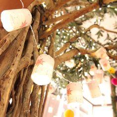 「#結婚式レポ シンボルの巨大ツリーには ラプンツェルのミニランタンを装飾しました 映画の中のランタンを忠実に再現しました! 中にはLEDライトが付いてるので光ります✨ #結婚式#wedding…」