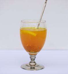 Antiinflammatorisk te kan dæmpe inflammation i kroppens væv. Det smager godt og er let at lave. Drik en til to kopper hver dag Detox Drinks, Healthy Drinks, Juice Smoothie, Smoothies, Anti Inflammatory Recipes, Cocktail Drinks, Health Diet, Superfood, Food Inspiration