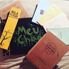 """ficamos felizes ;) regram @crisurbinatti """"Chegou meu pedido feito na lojinha do site minimodiario.com.br - eu acompanho a história dessa iniciativa desde sempre e admiro muito o trabalho deles. A caixinha recebida é um mimo, é poesia, é história. Amando cada detalhezinho dos meus Contos Narrados e o Zine e mais... #inventeUmMeio""""  #livro #lojavirtual #regram #depoimento #zine #instabook #instalivro #compredequemfaz #artesanato #meuchão #craft #encadernação #papel #livroartesanal…"""