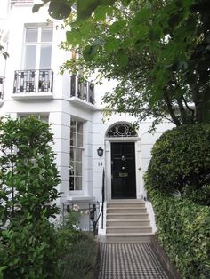 South Kensington, London - white townhouse with a black door. London Townhouse, London Apartment, London House, London Life, Kensington Apartment, Exterior Design, Interior And Exterior, Beautiful Homes, Beautiful Places