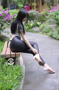 Pretty Korean Girls, Cute Asian Girls, Beautiful Girl Image, Beautiful Asian Women, Pantalon Vinyl, Mode Latex, Girls In Leggings, Asia Girl, Asian Woman