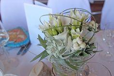 Centerpiece mit Edelweiss in Gläsern auf Holzscheiben, edel-bayerische Hochzeit von Passiflori