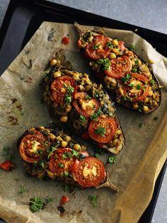 Fyldt op. Kikærter og grøntsager fylder op i auberginerne, som er gode serveret med for eksempel tzatziki, brød og salat. Afhængig af mængden af tilbehør kan de tre auberginer serveres for tre-seks personer. Foto: Jesper Glyrskov
