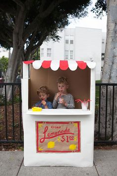 Keep the kiddos busy with this #DIY lemonade stand.